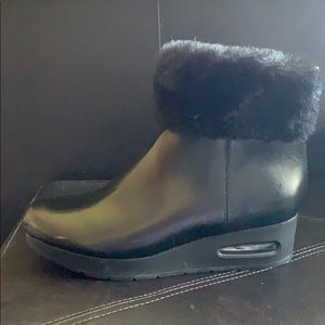 Black leather, ankle, wedged boots w/fur